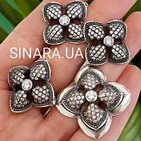 Серебряный комплект: серьги, кольцо и кулон в виде цветка с чернением и камнями