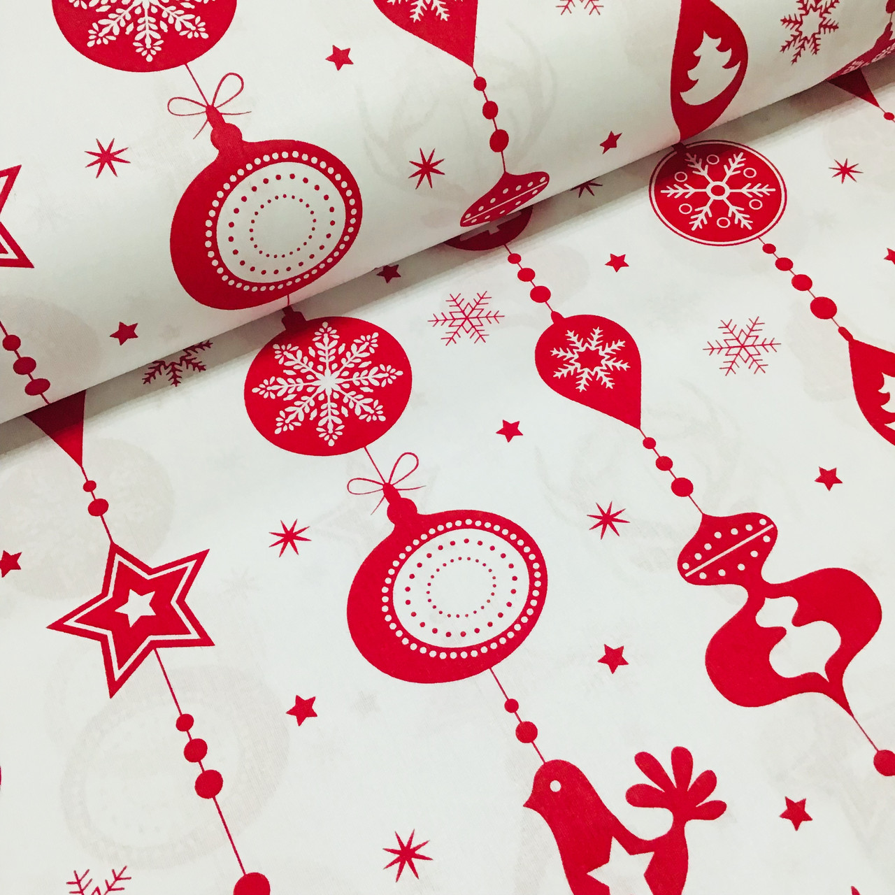 Ткань хлопковая новогодняя, длинные красные игрушки на белом