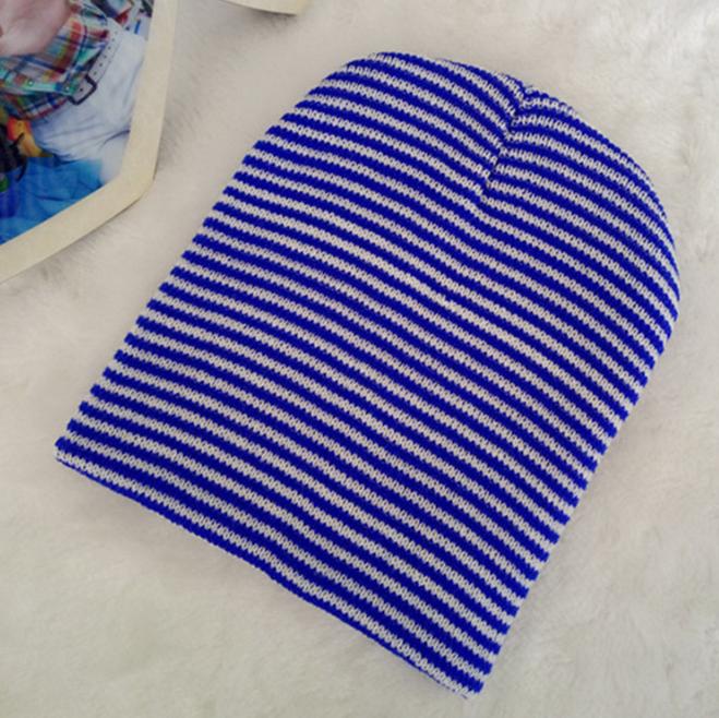 Детская вязанная демисезонная шапка бело-синяя полоска