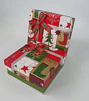 Маленькие квадратные новогодние подарочные коробки ручной работы в красно-зелёном тоне с новогодним принтом