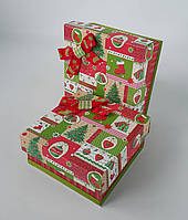 Маленькие квадратные новогодние подарочные коробки ручной работы в красно-зелёном тоне с ёлочными игрушками
