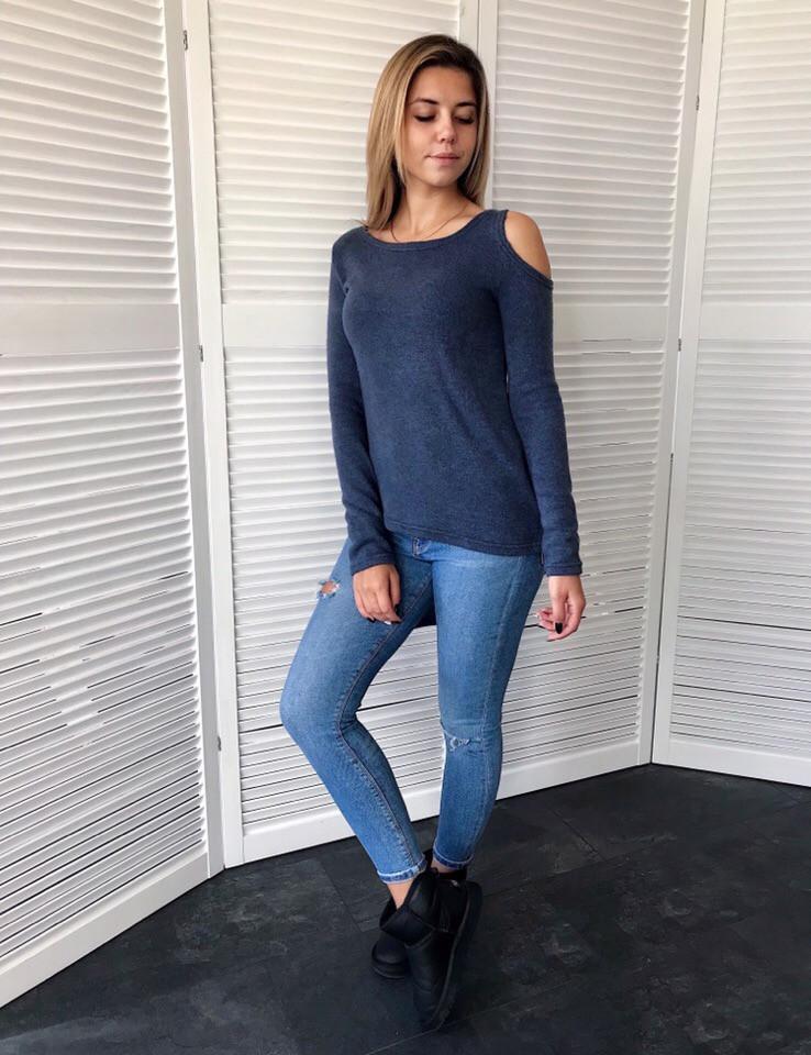 Женская стильная кофта удлиненная сзади с разрезом на плече