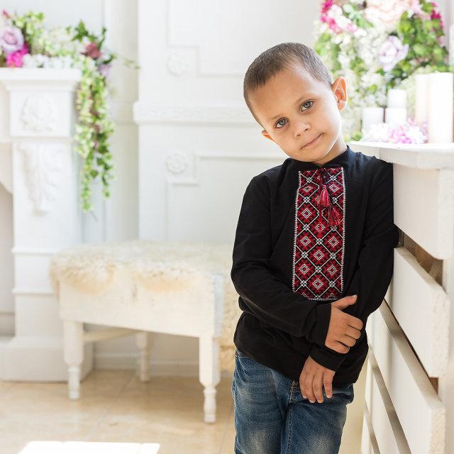 Черная лонгслив вышиванка для мальчика