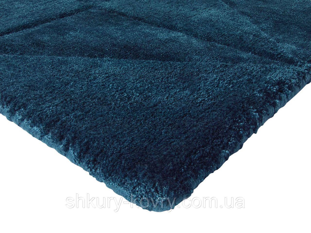 Темно синий ковер с выдавленым абстрактным узором в виде треугольников из натурального бамбукового шелка