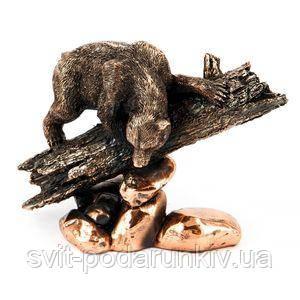 Статуэтка медведя на бревне - фото