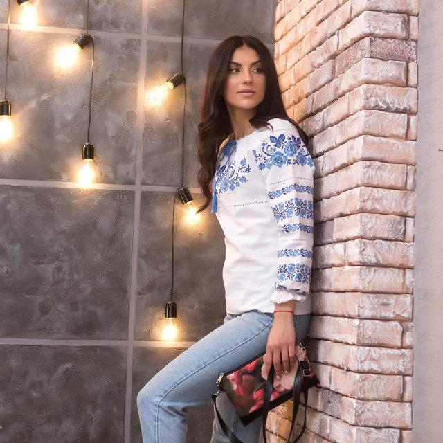 Женская рубашка с голубой вышивкой Три Розы