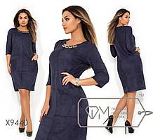 Платье-миди прямого кроя из замши с бижутерией на круглом вырезе, накладными карманами и декоративны ...
