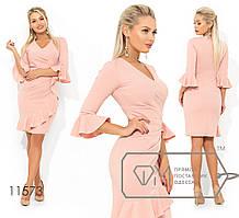 Платье приталенного кроя с V-образным вырезом драпировкой сбоку, рюшем на имитации запаха и манжетах ...