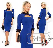 Платье-футляр приталенного кроя с контрастным классическим воротником, манжетами на укороченных рука ...