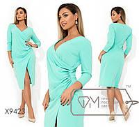 Платье полуприталенного кроя с драпировкой сбоку, V-образным вырезом, рукавами 7/8 и высоким разрезо ...