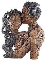 Оригинальная скульптура - мужчина поцеловал свою девушку