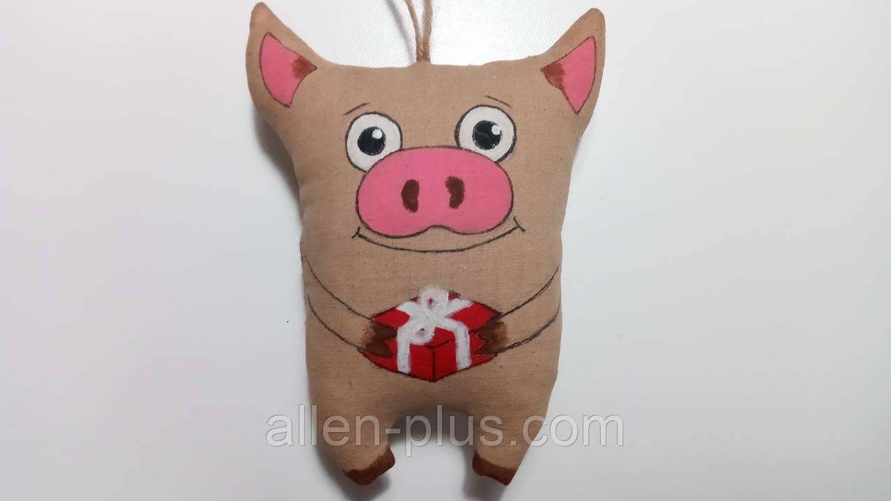 Кавова іграшка ручної роботи Свинка з подарунком