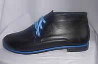 Демисезонные женские ботинки на низком ходу из натуральной кожи с синими шнурками