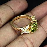 Кольцо с натуральным хризолитом (перидот) серебряное в позолоте 17,5, фото 3