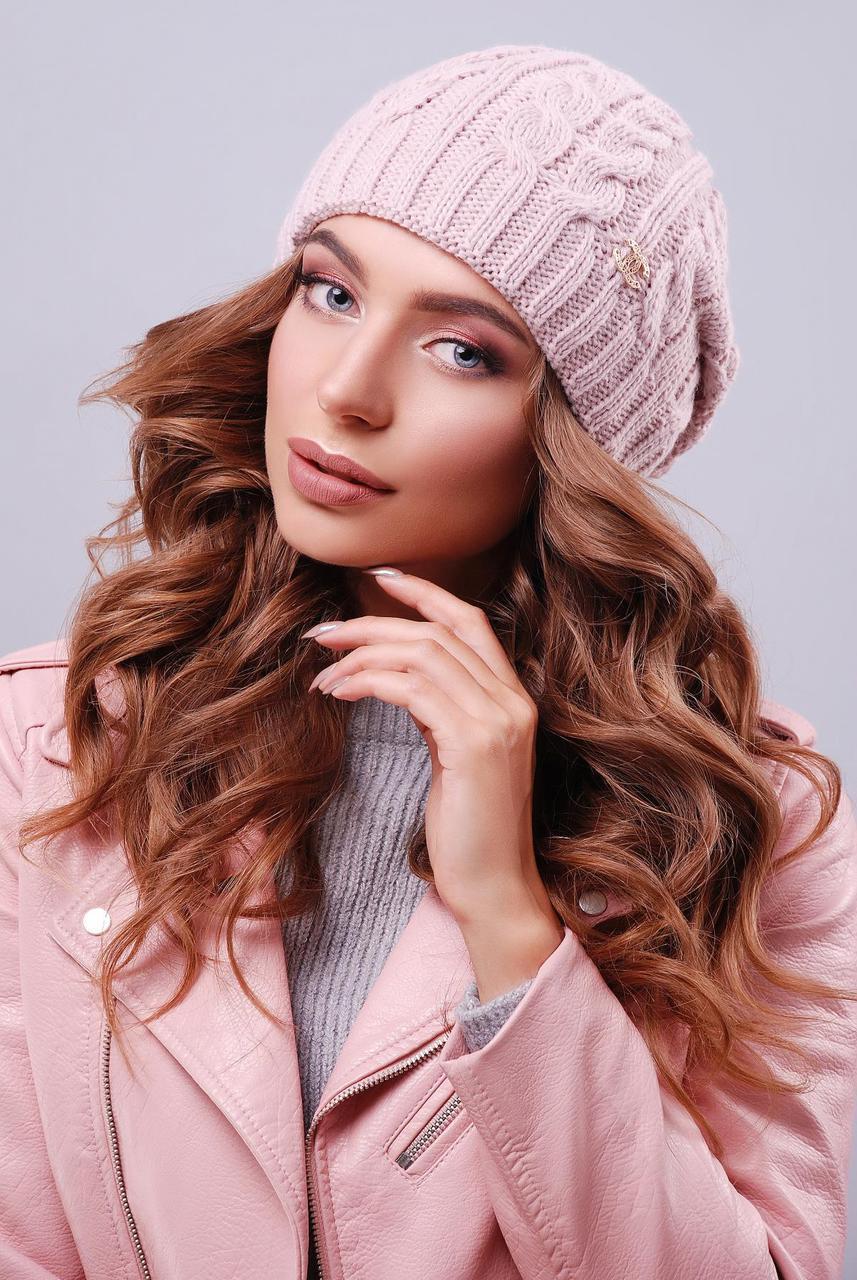 Теплая женская вязаная шапка бини в косички пудровая