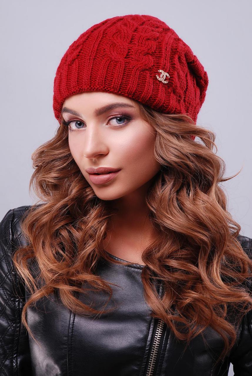 Красивая женская теплая вязаная шапка-бини в косичку бордовая