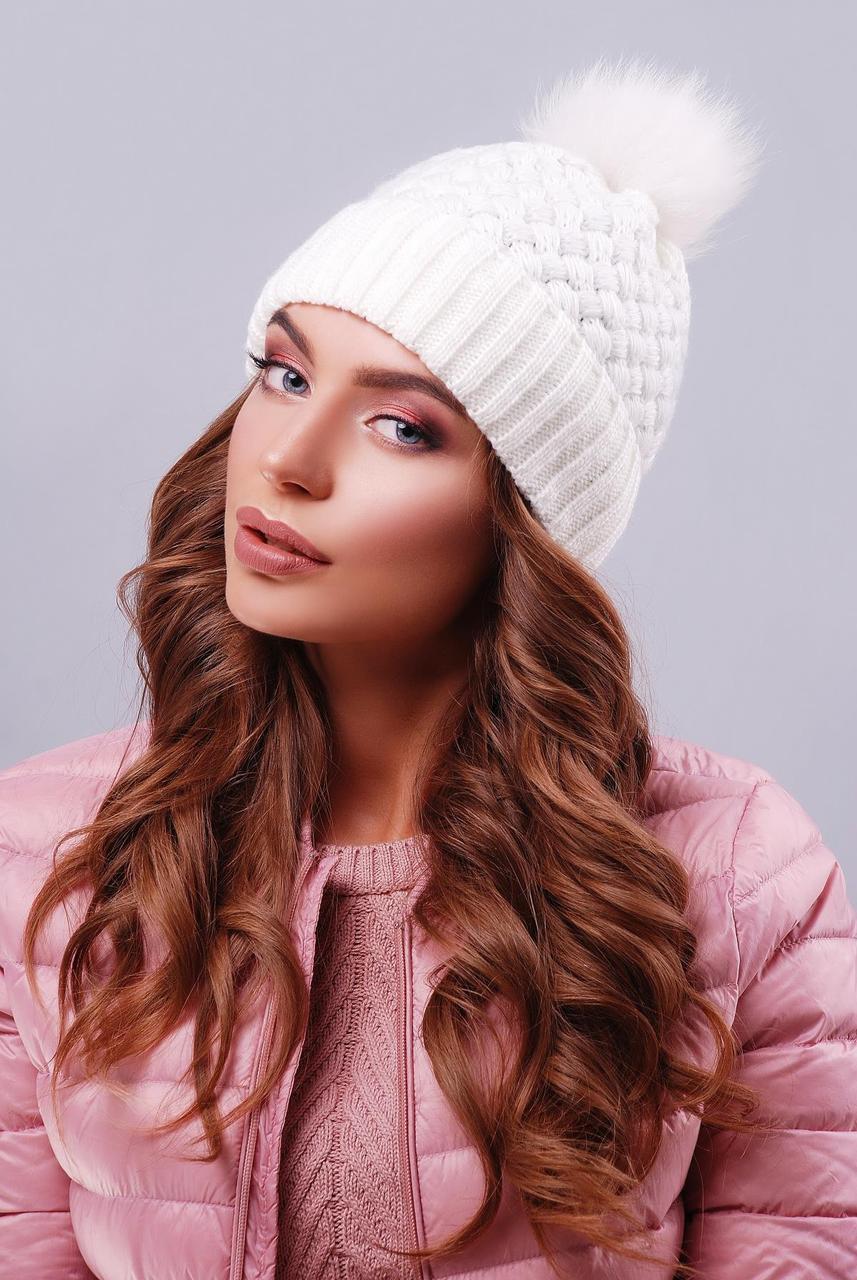 Женская теплая вязаная шапка с меховым помпоном молочного цвета