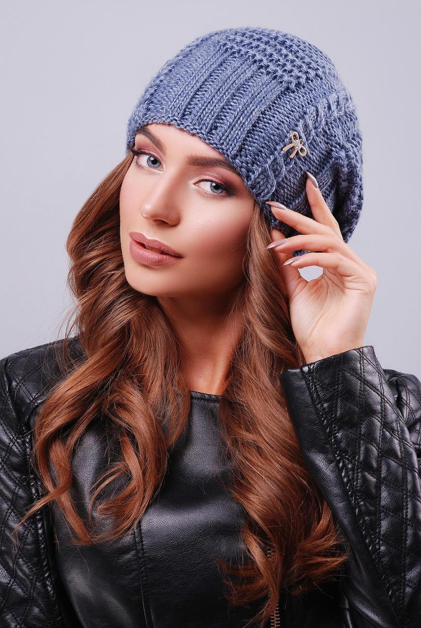 Женская теплая шапка-бини двойной вязки с узорами цвет светлый джинс