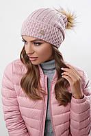 Стильная теплая женская вязаная шапка с меховым бубоном пудровая