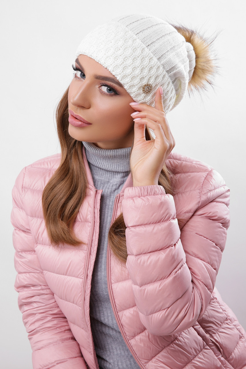 Женская вязаная теплая шапка с подворотом и меховым помпоном цвет молоко