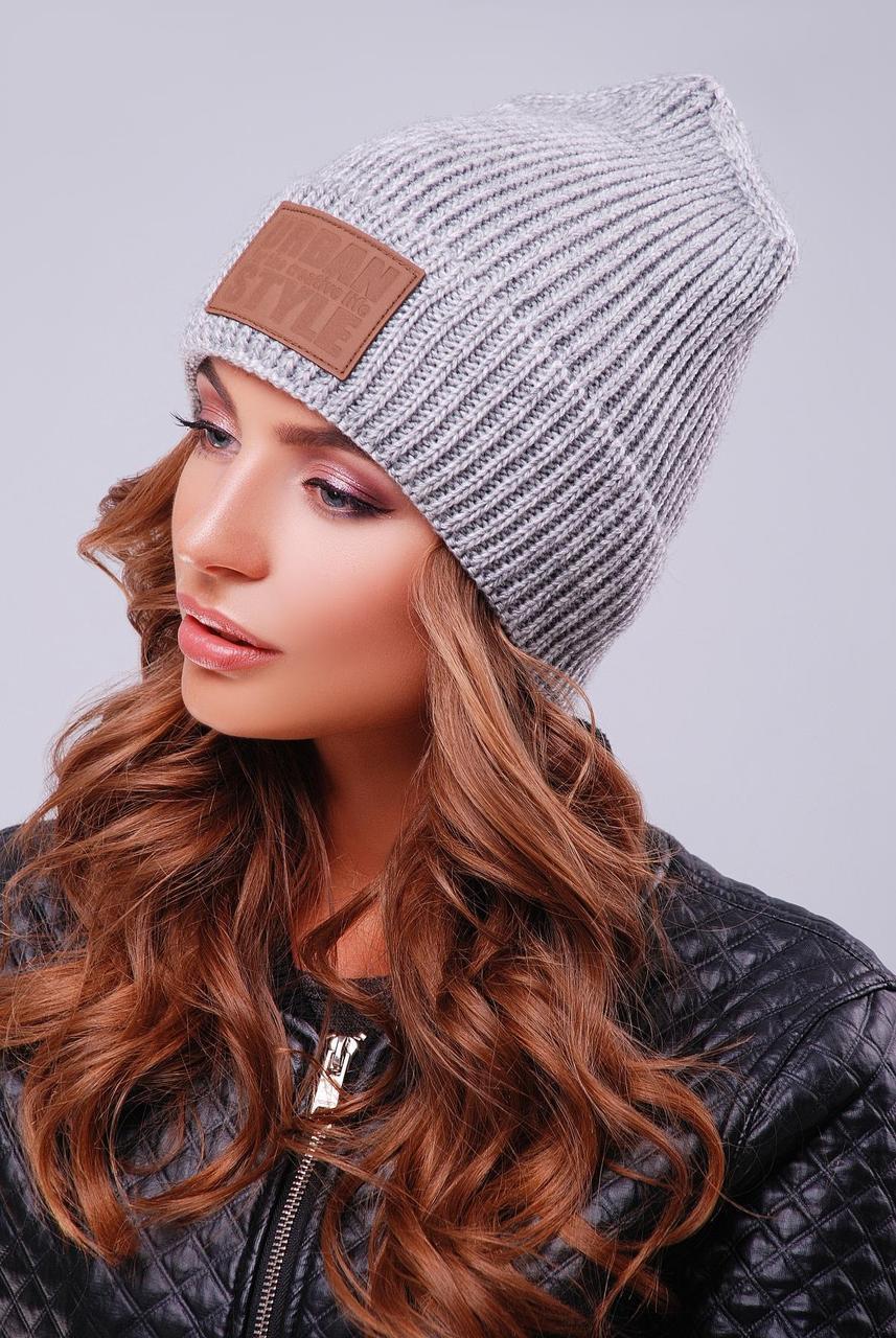 Молодежная теплая шапка с отворотом и нашивкой однотонная темно-серая