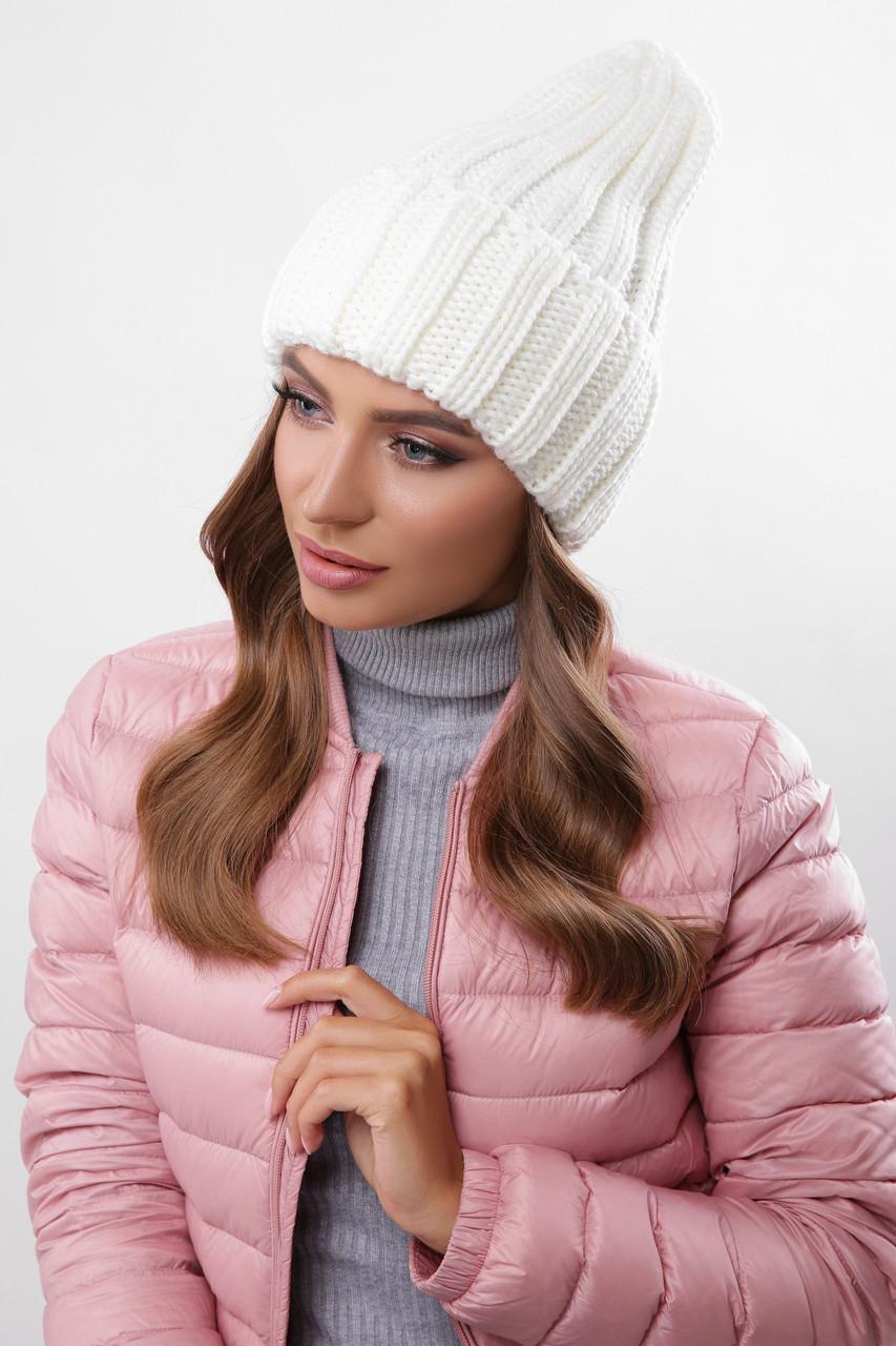 Молодежная женская вязаная теплая шапка с отворотом однотонная молочного цвета