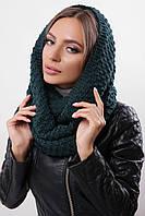 Красивый женский теплый шарф-хомут с фактурной вязкой темно-зеленый