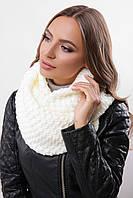Красивый женский теплый шарф-хомут с фактурной вязкой молочного цвета