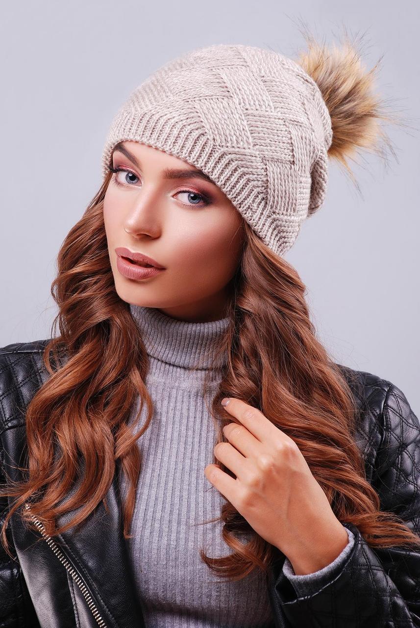 Молодежная женская вязаная шапка с пышным помпоном из меха цвет капучино