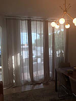 Полупрозрачный бежевый тюль под лен в кухне-студио