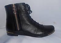 Весенние женские кожаные ботинки на низком ходу с лаковой вставкой-замочком с боку на шнуровке
