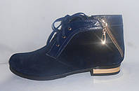 Весенние женские синие ботинки из натуральной замши с кожаными вставками и золотой каймой на каблучке