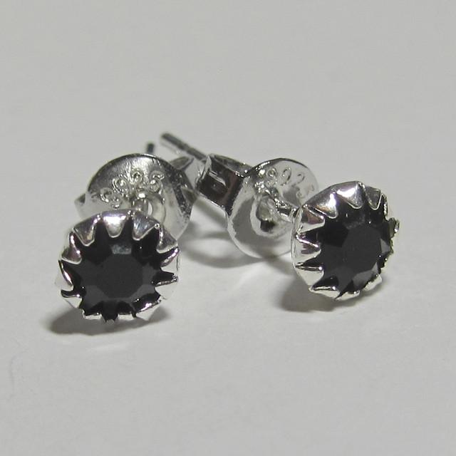 Серебряные серьги гвоздики с черным камнем
