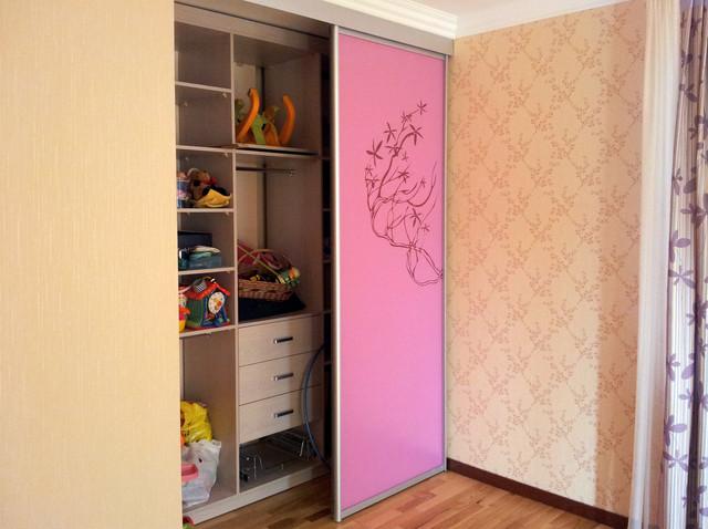 Встроенный шкаф-купе в детскую для девочки с узором розовая .