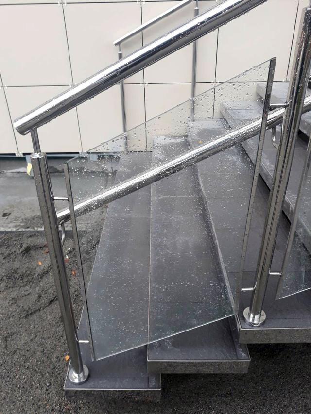 Профиль из нержавейки можнотакже использовать в стеклянных ограждениях.