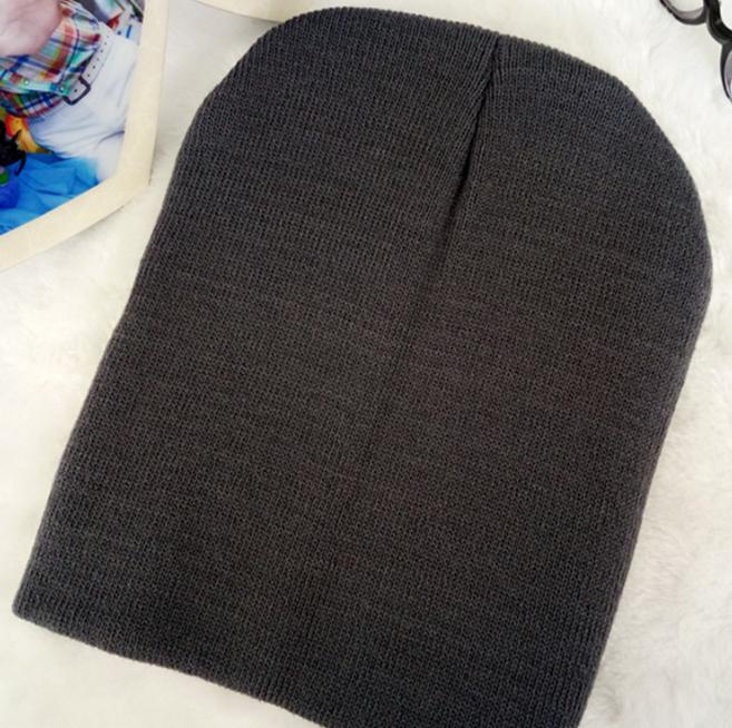 Вязанная демисезонная шапка темно-серый