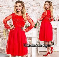 Красное вечернее платье миди, расшитое жемчугом.