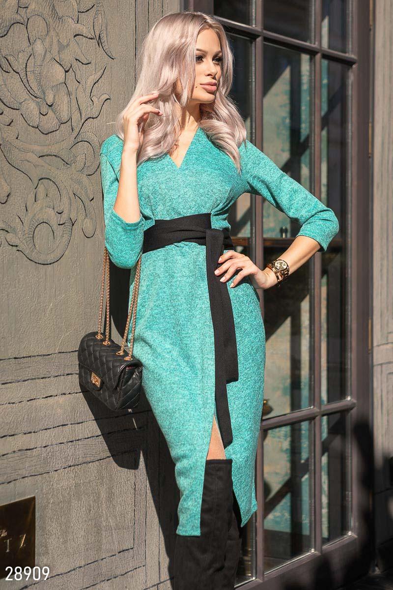 Трикотажное платье на запах зеленого цвета с контрастным поясом