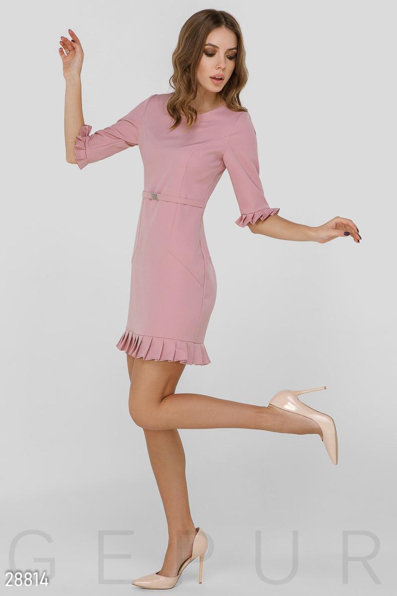Деловое платье-миди розового цвета с оборками