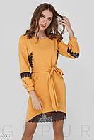 Платье желтого цвета прямого кроя с кружевной отделкой