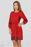 Платье красного цвета прямого кроя с кружевной отделкой