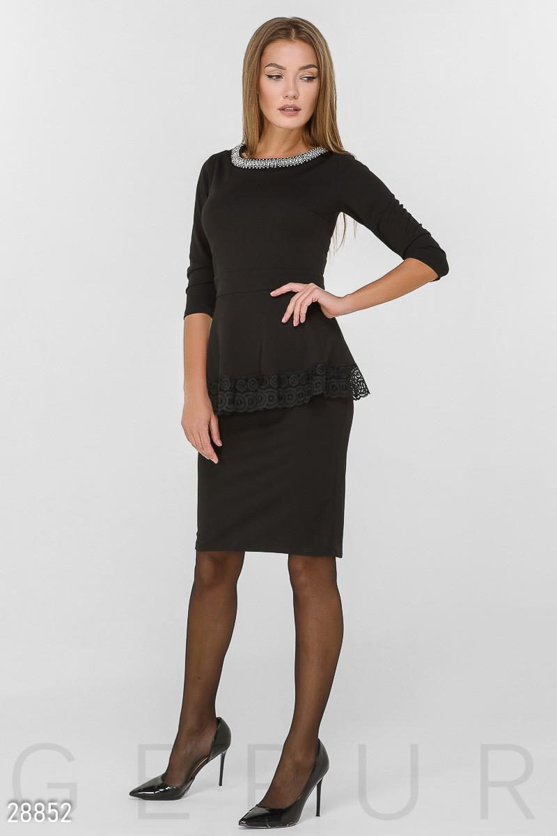 Офисное платье-миди черного цвета с баской