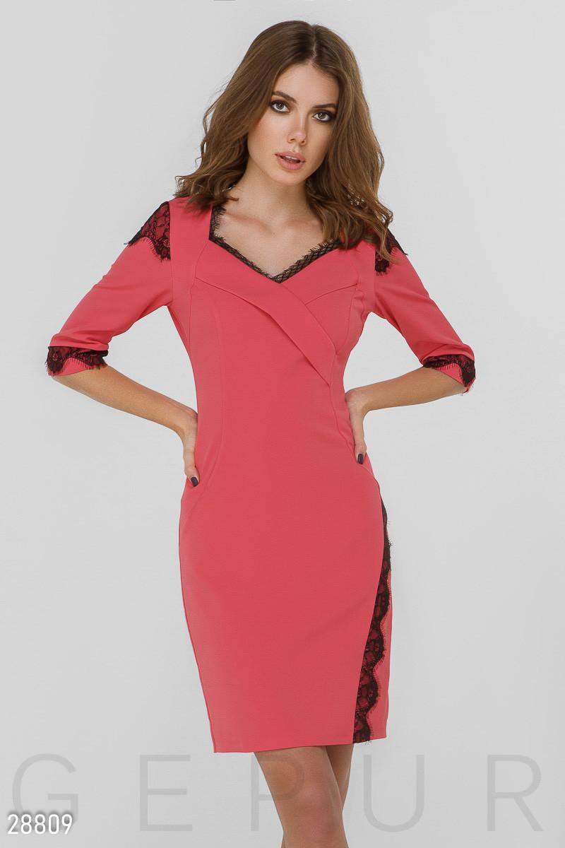 Платье-футляр розового цвета с кружевной отделкой