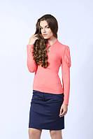 Женская блуза кораллового цвета из вискозы, с длинным рукавом и воротником стойка. Модель 400 Mirabelle.