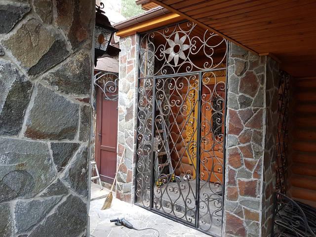 Кованая решетчатая дверь 2