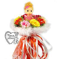 Букет з лялькою червоний з квітами