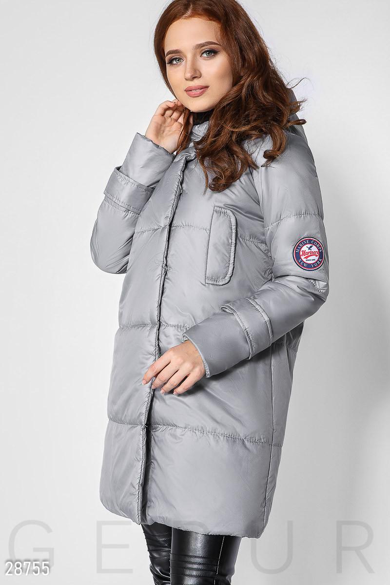 Серое стеганое пальто с капюшоном