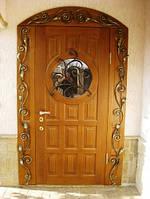 Деревянные двери с ковкой