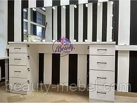 Широкий гримерный стол с большим зеркалом и полками побокам
