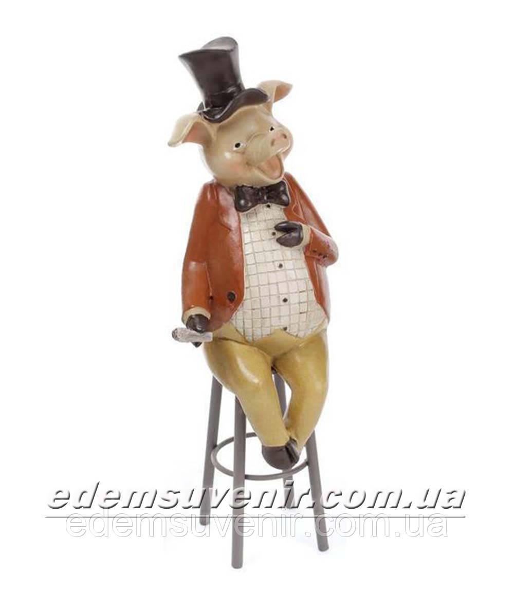 Статуэтка декоративная Свин на стуле в коричневом фраке